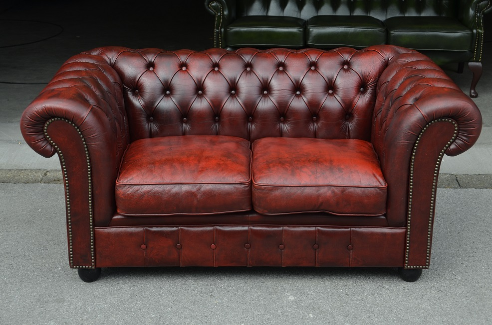 chesterfield club zweier couch in rot schwarz direkt aus. Black Bedroom Furniture Sets. Home Design Ideas